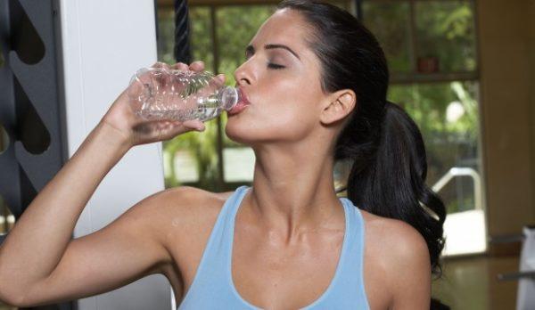 Beber água para acabar com celulite