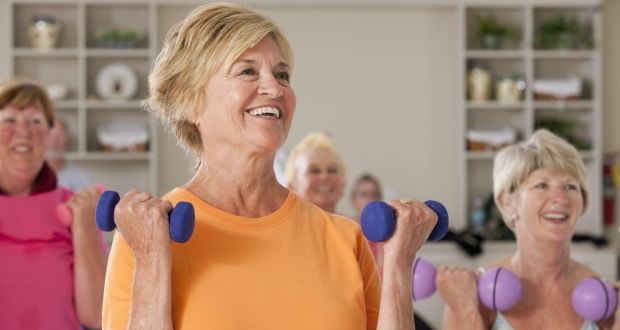 mulheres na menopausa praticando atividades físicas